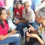 Candidata Rosa León, en amena conversación con una de las adultas mayores